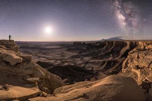Celková víťazná fotografia zachytáva okolie mesta Moab v Utahu, nad ktorým sa vľavo týči galaxia Andromeda a vpravo Mliečna cesta.