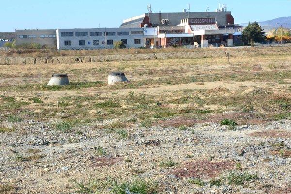 V najbližších dňoch by sa mali na stavenisku rozbehnúť práce na výstavbe štadióna.