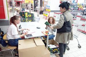 Dobrovoľníčky Červeného kríža, Veronika Sojková a Andrea Miková pri zbierke potravín pre sociálne slabšie rodiny