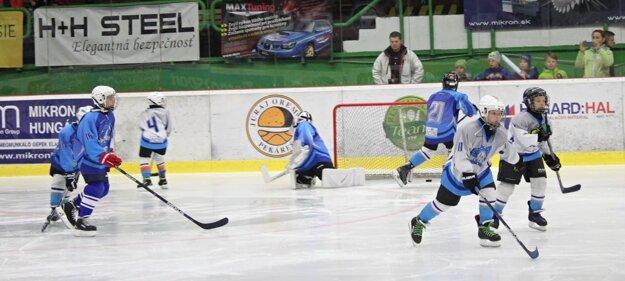 V prestávkach predviedli svoje schopnosti najmenší adepti hokeja z novozámockej Lokomotívy.