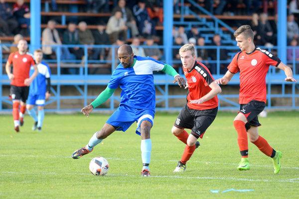Lokomotíva Kozárovce rozhodla osvojom treťom víťazstve vsérií už vprvom polčase, keď Sv. Peter zdolala 2:0.