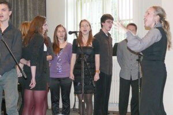 Spevácky zbor zo ZUŠ v Považskej Bystrici počas vystúpenia na koncerte.