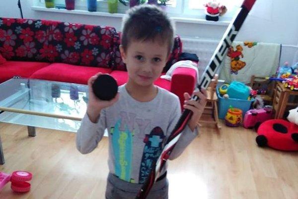 Malý Patrik je v poriadku a teší sa z darčekov od hokejistov.