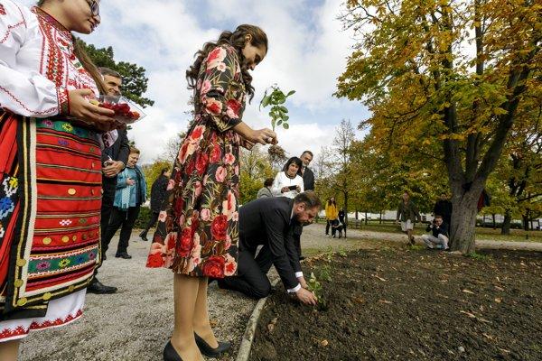Na snímke druhá zľava veľvyslankyňa Bulharskej republiky v SR Jordanka Čobanovová a starosta mestskej časti Bratislava - Staré mesto Radoslav Števčík sadia v záhrade Prezidentského paláca v Bratislave korene ruží.