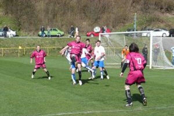 Belušania (vo fialovom) zvládli lepši derby v Hornej Porube a vyhrali 2:0.