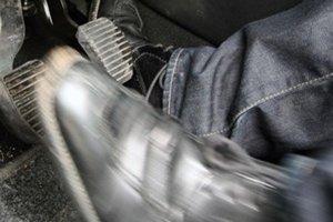 Dážď, mrholenie, hmly a zníženie teploty výrazne limitujú adhézne podmienky na vozovke.