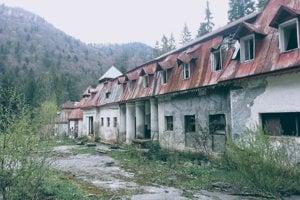 Schátraná budova starej plničky a kultúrneho a liečebného domu.