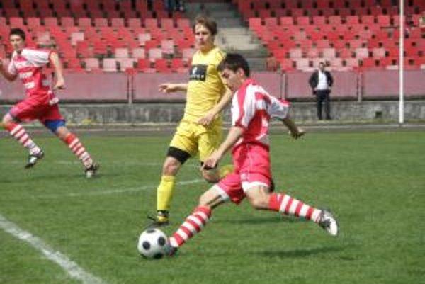 Považskobystričan Novisedlák (v červenom s loptou) bojuje s obranou Piešťan.