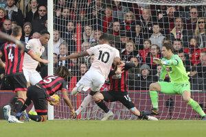 Marcus Rashford (s číslom 10) strieľa v nadstavenom čase víťazný gól zápasu.