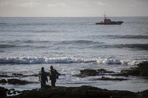 V pondelok našli telá štyroch migrantov a zachránili ďalších 22 mužov.