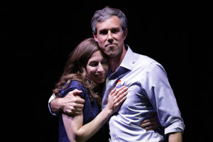 Beto O'Rourke (na snímke s manželkou) síce v Texase nevyhral, ale jeho kariéra ešte nemusí končiť.