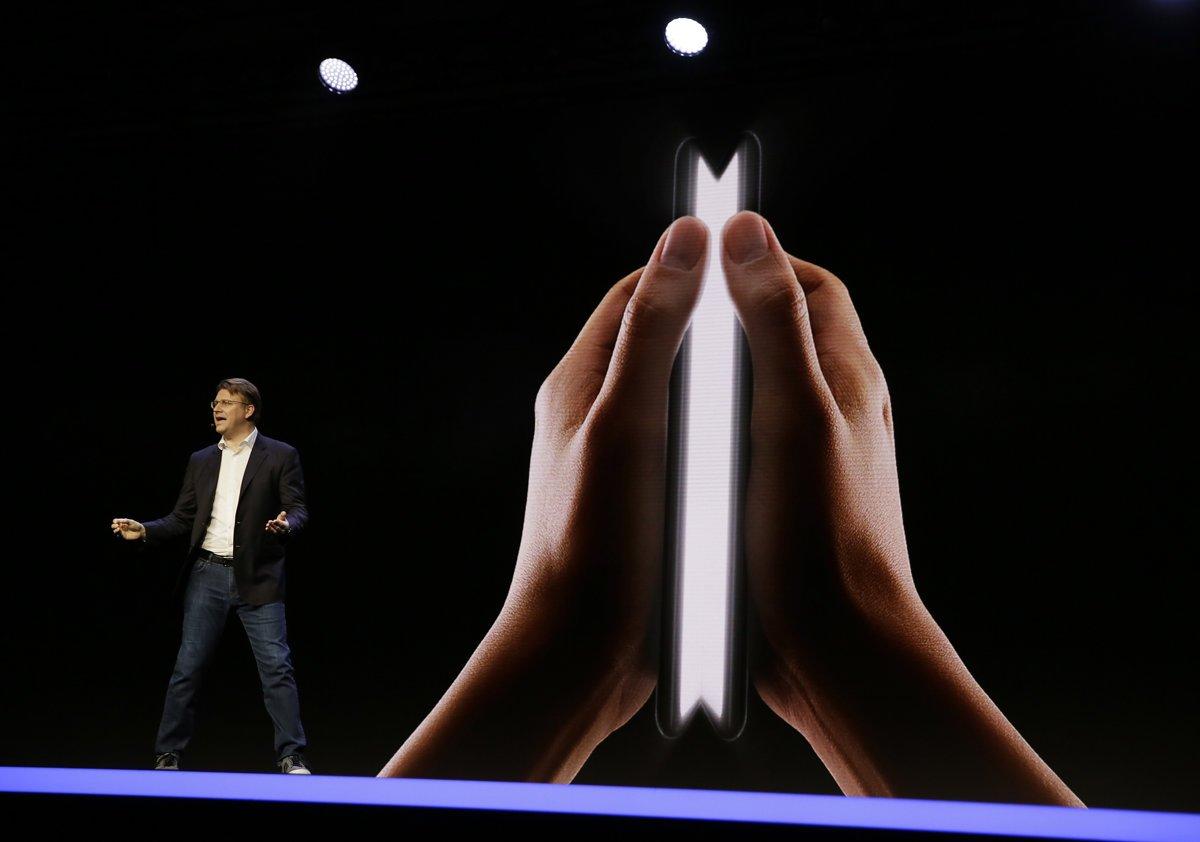 f7bc5247b Senior viceprezident vývoja mobilných produktov Samsungu Justin Denison  rozpráva o ohybnom telefóne a jeho displeji Infinity