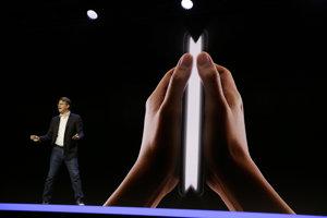 Senior viceprezident vývoja mobilných produktov Samsungu Justin Denison rozpráva o ohybnom telefóne a jeho displeji Infinity Flex.