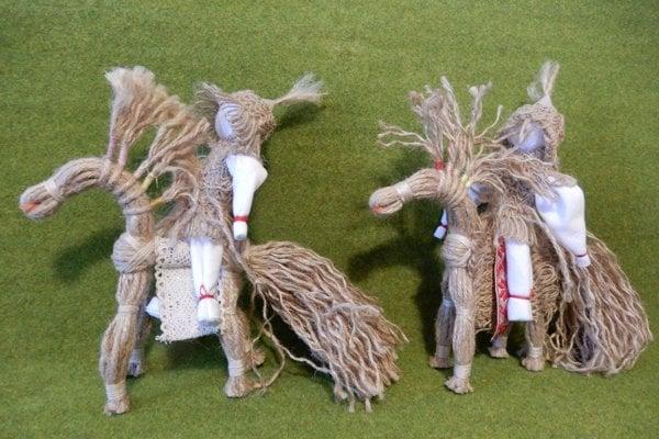 Motané kone s jazdcami, ktoré vyrába vranovské občianske združenie Veršočok.