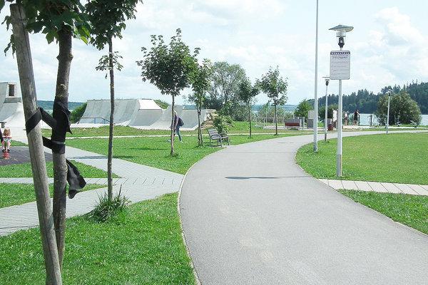 Na tento chodník by sa mal napájať nový, náučný okolo priehrady.