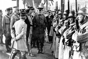 Americký generál John J. Pershing zdraví francúzske jednotky v Boulogne.