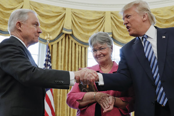 Spojenectvo Sessionsa a Trumpa dlho nevydržalo.