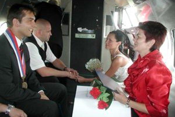 Košecký starosta Radomír Brtáň sobášil aj v lietdle.