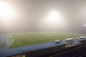 Hustá hmla na štadióne v Záhrebe.