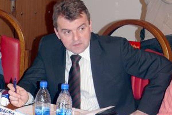 Starosta Pružiny Michal Ušiak hovorí, že komisiu verejného záujmu nemajú. Oznámenie podáva poslancom priamo na rokovaní zastupiteľstva.