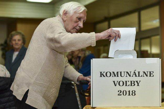 Na snímke staršia volička počas hlasovania vo voľbách do orgánov samosprávy obcí 2018 v Dome tretieho veku 10. novembra 2018 v Bratislave.