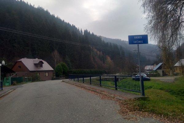 Most rozdeľuje dedinu do dvoch okresov.
