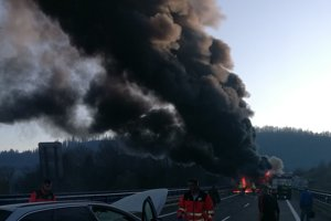Osobné auto je už uhasené, kamión stále horí.