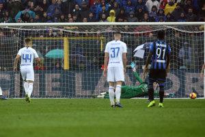 Milan Škriniar (37) sa prizerá, ako jeho spoluhráč strieľa gól.