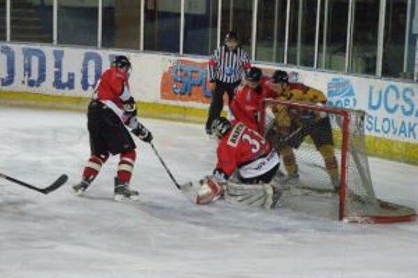 Chrenko (v žltom) dal štvrtý gól Topoľčian. Bratina bol proti jeho strele bezmocný.