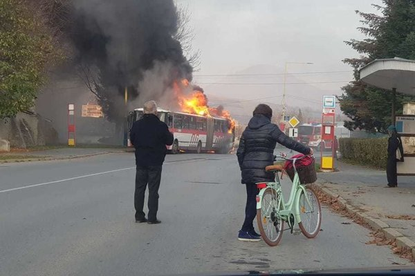 Horiaci autobus MHD v Prešove.