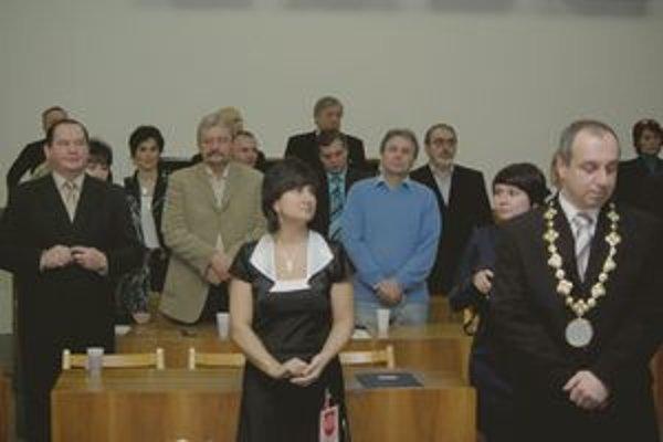 Zmeny na mestskom úrade avizoval nový primátor Karol Janas (vpravo) už pri nástupe do funkcie v decembri. Odvolaný vedúci útvaru školstva na fotografii celkom vľavo.