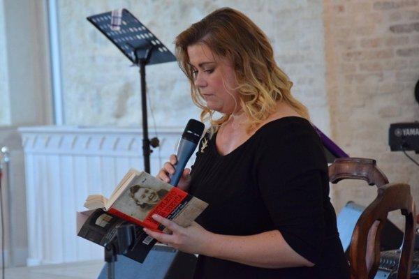 Veronika Homolová Tóthová číta z knihy Mengeleho dievča.