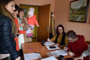 Voľby v Povine prilákali veľa obybvateľov.