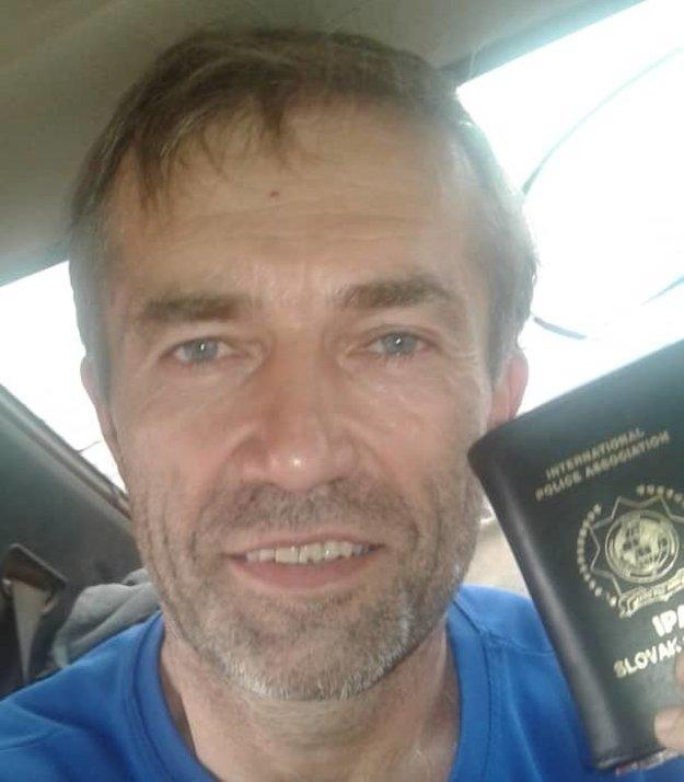 Bývalý príslušník SIS Ľuboš Kosík po prepustení z väzenia v Mali.V ruke drží cestovný pas, ktorý má v obale medzinárodnej policajnej asociácie.