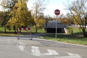 Cesta vedie zo Zobora cez podjazd pod R1.