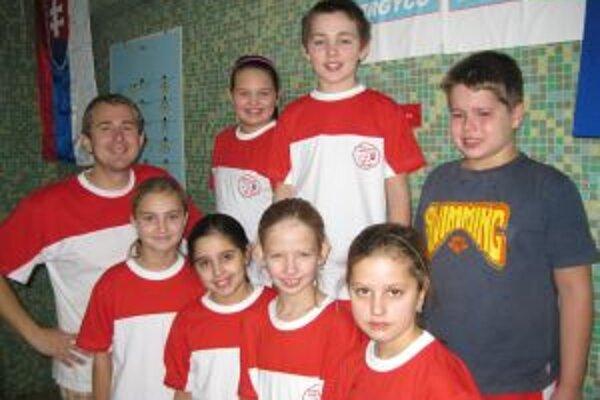 Plavci PK Sparta Pov.Bystrica (zľava tréner Procházka, Ježíková, Hudeková, Hrtánková, Szikorová, Hrenáková, Kalník, Krištofík.