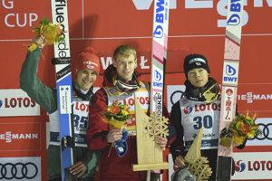 Ruský skokan Jevgenij Klimov (v strede) oslavuje na pódiu víťazstvo. Na druhom mieste skončil Nemec Stephan Leyhe (vľavo) a na treťom Japonec Rjoju Kobajaši (vpravo).