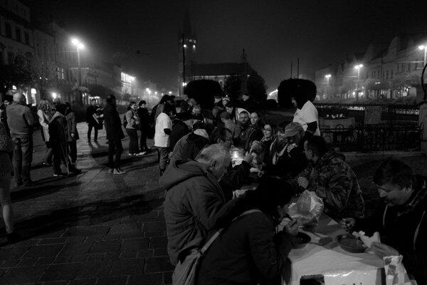 Spoločná večera na námestí.