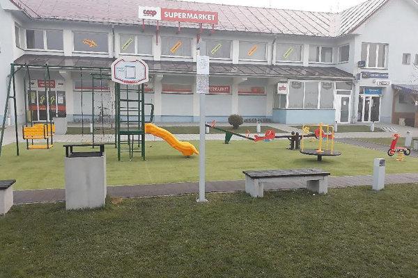 Nové detské ihrisko na námestí v Novoti.