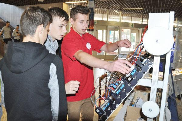 Študenti vysvetľovali žiakom, čo sa môžu na strednej škole naučiť.