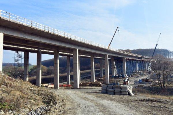 Stavebné práce na diaľničnom úseku D1 Budimír – Bidovce pri Košiciach.