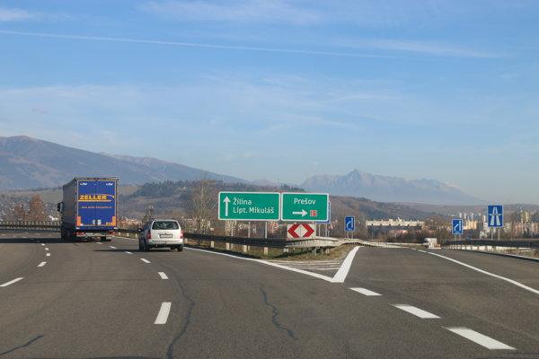 Veľké križovatky pri diaľniciach, ako je aj v Liptovskom Mikuláši, zvyknú byť osvetlené.