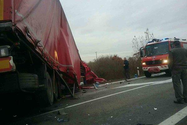 Pri vážnej nehode zomrel človek, ďalší dvaja sa zranili.