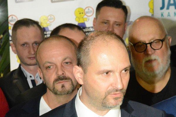 """Henrich Burdiga (vľavo za Jaroslavom Polačekom) nechce byť účastníkom """"handlovacej hry"""" po voľbách."""