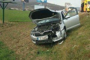 Dopravná nehoda na privádzači k diaľnici D1 v Trenčíne.