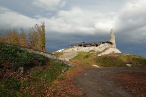 Veža Dolného hradu s bránou v tzv. spojovacom múre a južnou líniou opevnenia v októbri 2018.