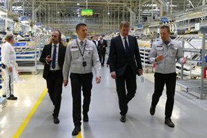 Minister hospodárstva Peter Žiga (druhý zľava počas prehliadky závodu spoločnosti Kia Motors Slovakia v Tepličke nad Váhom.