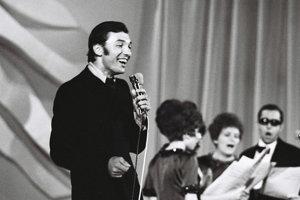 Na archívnej snímke z 16. júna 1968 spieva Karel Gott pri vystúpení na Bratislavskej lýre 1968.