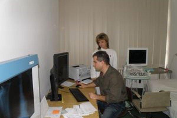 Lekár kontroluje snímky už prostredníctvom počítača. Vďaka novému systému sú už tzv. nepriamo digitalizované.