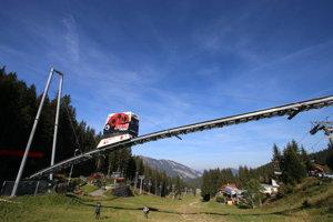 Vláčik, ktorý preváža turistov a lyžiarov. Tvoria sa pri ňom dlhé rady.